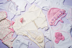 Draufsicht von Babykleidung für Neugeborene Stockfotografie