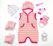 Draufsicht von Babykleidung und von Spielzeugmaterial stockbilder