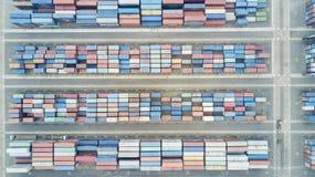 Draufsicht von Behältern im Hafenterminal Stockfoto