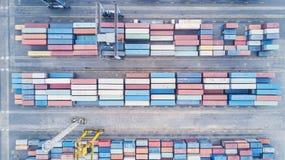 Draufsicht von Behältern im Industriehafen Lizenzfreie Stockfotos