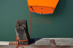Draufsicht von blauem See mit Boot stockbilder