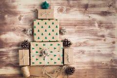 Draufsicht von Braun eingepackten Weihnachtsgeschenken Stockbild