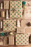 Draufsicht von Braun eingepackten Weihnachtsgeschenken Lizenzfreie Stockfotos