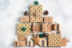 Draufsicht von Braun eingepackten Weihnachtsgeschenken Lizenzfreies Stockfoto