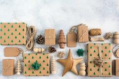 Draufsicht von Braun eingepackten Weihnachtsgeschenken Stockbilder
