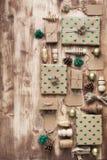 Draufsicht von Braun eingepackten Weihnachtsgeschenken Stockfoto