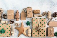Draufsicht von Braun eingepackten Weihnachtsgeschenken Stockfotografie