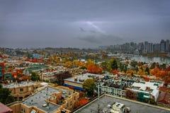 Draufsicht von bunten, bunten Häusern und von Bäumen einer modernen Stadt Stockfoto
