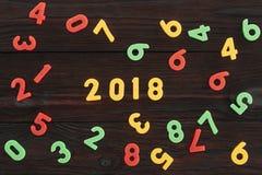 Draufsicht von bunten 2018 Zahlen auf Dunkelheit Stockfoto