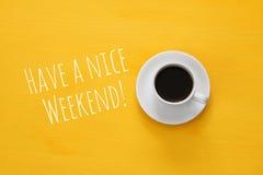 Draufsicht von coffe Schale auf hölzernem gelbem Hintergrund Stockbild