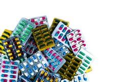 Draufsicht von den antibiotischen Kapselpillen lokalisiert in der Blisterpackung lokalisiert auf weißem Hintergrund mit Kopienrau Stockbilder