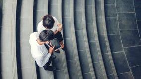 Draufsicht von den asiatischen Geschäftsleuten, die digitales tabl treffen und verwenden stockfoto
