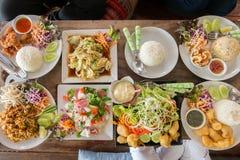 Draufsicht von den Freunden, die zu Mittag essen Stockbild