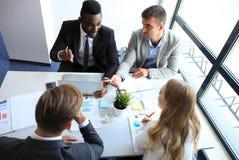 Draufsicht von den Geschäftsleuten, die beim Verbringen von Zeit im Büro zusammenarbeiten stockbilder