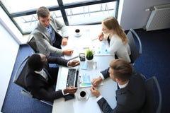Draufsicht von den Geschäftsleuten, die beim Verbringen von Zeit im Büro zusammenarbeiten stockbild