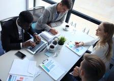 Draufsicht von den Geschäftsleuten, die beim Verbringen von Zeit im Büro zusammenarbeiten lizenzfreie stockbilder