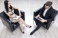 Draufsicht von den Geschäftsleuten, die im Büro sich unterhalten lizenzfreies stockfoto