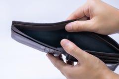 Draufsicht von den Händen, die eine leere lederne Geldbörse öffnen lizenzfreie stockbilder