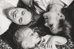 Draufsicht von den jungen Schwestermädchen, die glücklich lachen Lizenzfreie Stockfotografie