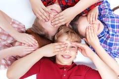 Draufsicht von den Kindern, die auf dem Boden liegen Stockfotos