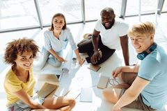 Draufsicht von den netten internationalen Studenten, die auf dem Boden studieren Lizenzfreies Stockfoto