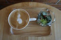 Draufsicht von der Kaffeetasse und vom Vase Blumen Lizenzfreies Stockbild