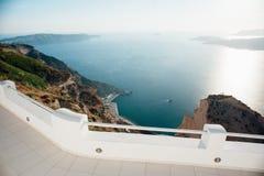 Draufsicht von der weißen Terrasse auf der Insel von Santorini zum Meer, Inseln, blauer Himmel stockfotografie