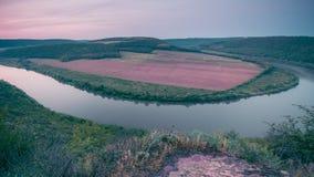 Draufsicht von Dnestr-Fluss bei Sonnenaufgang Fluss wird mit Nebel bedeckt und umgeben mit grünem Wald und Feldern Stockbilder