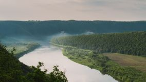 Draufsicht von Dnestr-Fluss bei Sonnenaufgang Fluss wird mit Nebel bedeckt und umgeben mit grünem Wald und Feldern Stockfoto