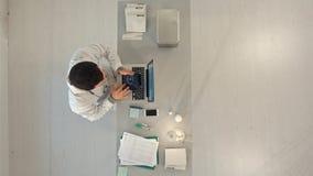 Draufsicht von Doktor Röntgenstrahl auf Tablette betrachtend lizenzfreie stockbilder