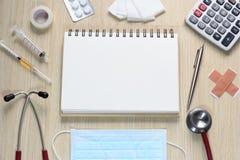 Draufsicht von Doktorschreibtisch mit Stethoskop, Injektionsspritze, p Lizenzfreies Stockbild
