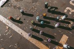 Draufsicht von Dosen mit bunter Sprühfarbe für Graffiti Stockbilder