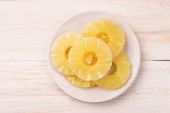 Draufsicht von eingemachten Ananasscheiben auf Platte Lizenzfreie Stockfotografie