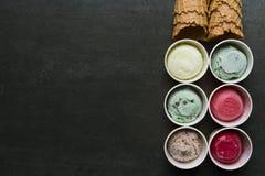 Draufsicht von Eiscremearomen in der Schale und im Belag lizenzfreies stockbild