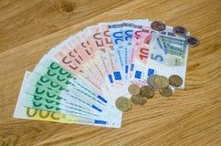 Draufsicht von Euromünzen und von Banknoten Stockbilder