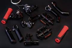 Draufsicht von Fahrradteilen auf schwarzem Hintergrund stockbild