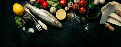 Draufsicht von Fischen mit Gemüse und Gewürzen Kochen oder gesundes Konzept Stockfoto