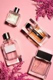 Draufsicht von Flaschen Parfümen lizenzfreie stockfotografie