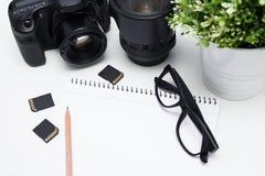 Draufsicht von Fotograf ` s Arbeitsplatz - Kamera, Fotografie rüsten sich aus Stockfotografie