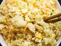 Draufsicht von Fried Rice mit Garnelen und Gemüse lizenzfreie stockfotografie