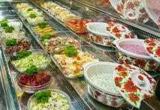 Draufsicht von frisch zubereiteten k?stlichen Mittelmeertellern sortierte im Restaurant, Buffet lizenzfreie stockbilder