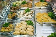 Draufsicht von frisch zubereiteten k?stlichen Mittelmeertellern sortierte im Restaurant, Buffet stockfotos