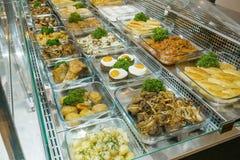 Draufsicht von frisch zubereiteten k?stlichen Mittelmeertellern sortierte im Restaurant, Buffet lizenzfreies stockfoto