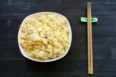 Draufsicht von gedientem Fried Rice mit Essstäbchen lizenzfreies stockfoto