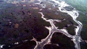 Draufsicht von gefrorenem Fluss schuß Szenische Ansicht auf gefrorenen Fluss mit den Resten der Schneeschmelze und des umgebenen  stock video footage
