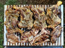Draufsicht von gegrillten Hühner- und Rindfleischrippen auf einem kleinen Grill lizenzfreies stockbild