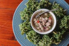 Draufsicht von Gemüsestückchen dienen mit würzigem gehacktem Schweinefleisch sala Stockfotos