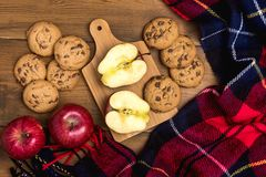 Draufsicht von gemütlichen Autumn Morning Picnic Breakfast With-Plätzchen und rote Apfel-Woolen umfassende Ebene gelegte Draufsic stockbilder