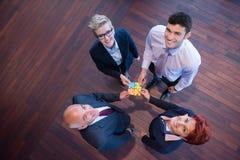 Draufsicht von Geschäftsleuten gruppieren zusammenbauendes Puzzlen Lizenzfreies Stockbild
