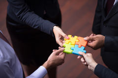 Draufsicht von Geschäftsleuten gruppieren zusammenbauendes Puzzlen Lizenzfreie Stockbilder